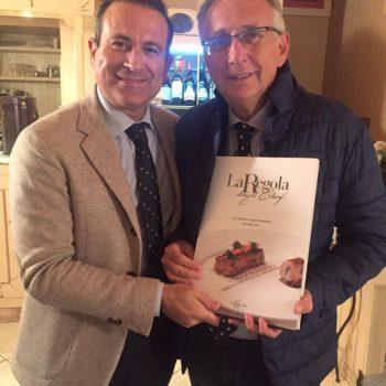 Flavio Nuti consegna 'La Regola degli Chef' a Claudio Sottili, noto conduttore di Radio Montecarlo e grande amico della Regola