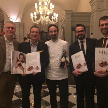 Luca e Flavio Nuti consegnano 'La Regola degli Chef' a Vito Mollica de 'Il Palagio' ristorante del Four Seasons di Firenze