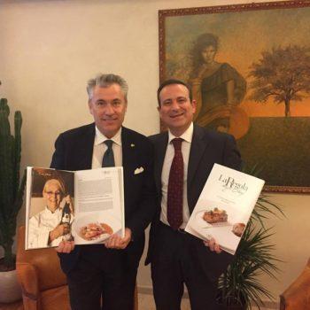 Flavio Nuti consegna a Romano Franceschini del ristorante 'Romano' di Viareggio 'La Regola degli Chef' con la ricetta di Franca Cecchi abbinata a Steccaia Bianco IGT Toscana