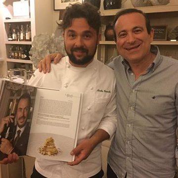 Lo chef Nicola Gronchi con Flavio Nuti alla consegna del libro La Regoladegli Chef presso il ristorante 'Bistrot'