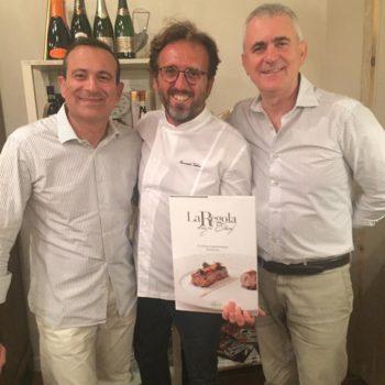 Emanuele Vallini, chef e titolare della 'Taverna La Carabaccia' di Bibbona riceve il libro 'La Regola degli Chef' dai fratelli Nuti