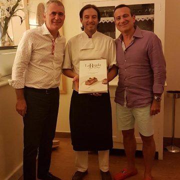 Michele Maltinti, chef del ristorante 'Lo Scolapasta' di Castiglioncello, riceve dai fratelli Nuti il libro nel suo ristorante