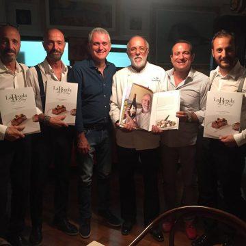 Lo chef Luciano Zazzeri riceve il libro ''La Regola degli Chef'' dai fratelli Nuti a cena presso ''La Pineta'' di Marina di Bibbona