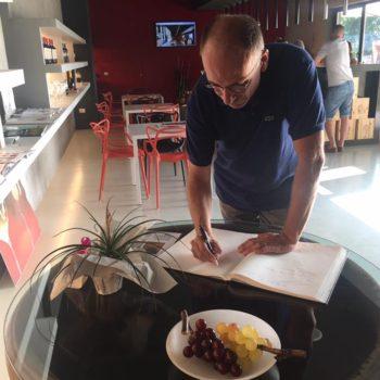 Enrico Letta firma il libro degli ospiti dopo la visita alla cantina